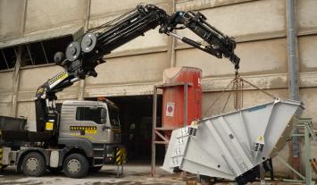 Rachbauer Kran hebt schweren Maschinenteil